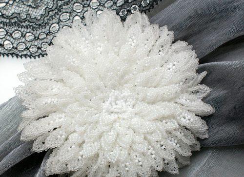 хризантема из белого бисера
